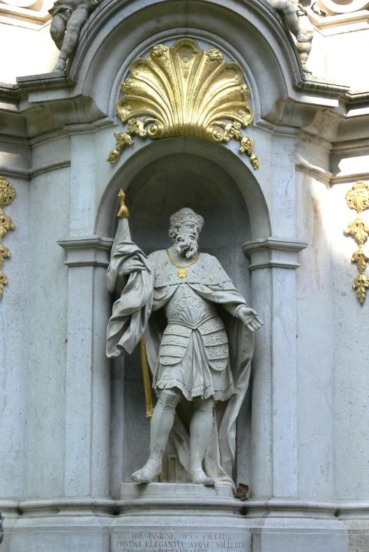 Stift_Heiligenkreuz_-_Dreifaltigkeitssäule_Statue_Leopold